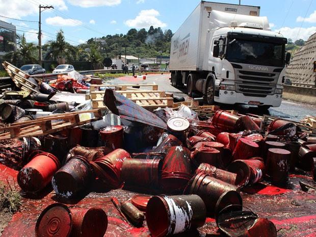 Carga do caminhão ficou espalhada na pista da Raposo Tavares (Foto: Alex Falcão/Futura Press/Estadão Conteúdo)
