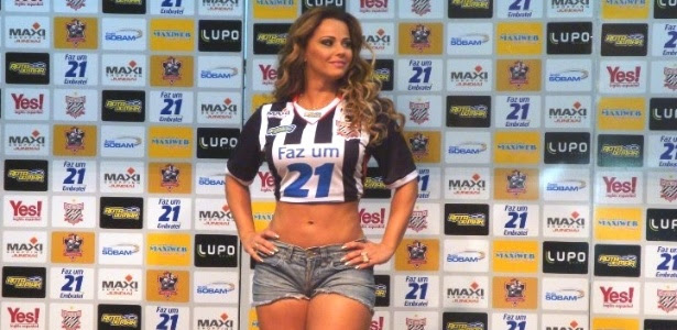 Viviane Araújo, que apresenta uniforme do Paulista, é figura fácil em eventos de futebol