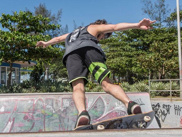 O ator primeiro suou na pista de skate; clique na foto e veja galeria exclusiva! (Foto: Artur Meninea/Gshow)