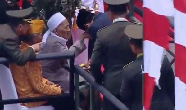 Saat Presiden Jokowi Cium Tangan Kyai | HM Guntur Romli