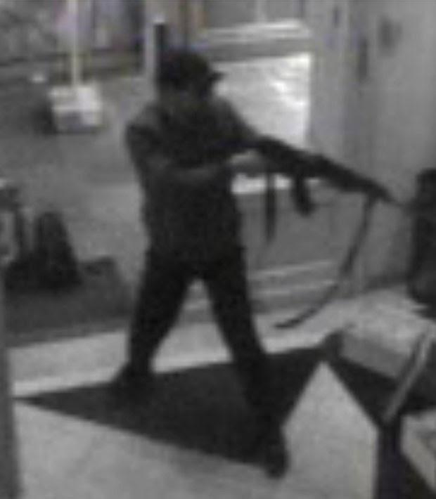 Imagem divulgada pela Polícia Federal da Bélgica mostra ação de atirador no Museu Judaico de Bruxelas (Foto: AP)
