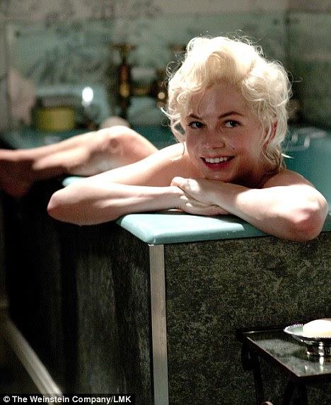 Dar um mergulho: Michelle Williams, como Marilyn Monroe, no banho - ela protagoniza o filme Weinstein Company Minha semana com Marilyn