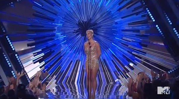 Todos os apresentadores tinha um olho gigantesco atrás deles, uma clara lembrados de que eles são todos de propriedade da indústria.  Aqui, Britney Spears, um outro escravo Beta, estava sendo muito estranho e robótica.