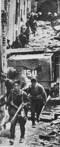 Soldados republicanos al frente del teniente Luis Barceló en la calle de Santa Fe de Toledo ala salto del Alcázar. 18-20 de septiembre de 1936.