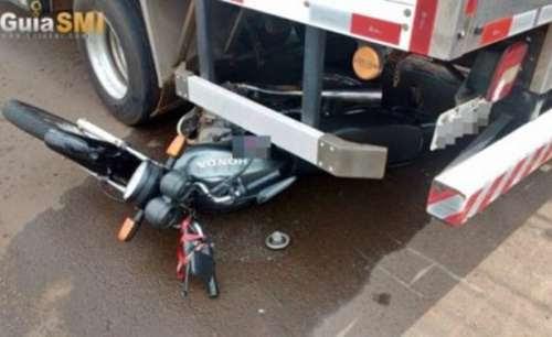 Motociclista vai parar embaixo de caminhão em acidente
