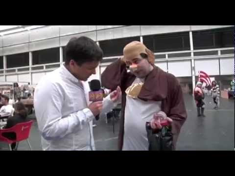 video que muestra aun chico disfrazado dando la solución para la crisis