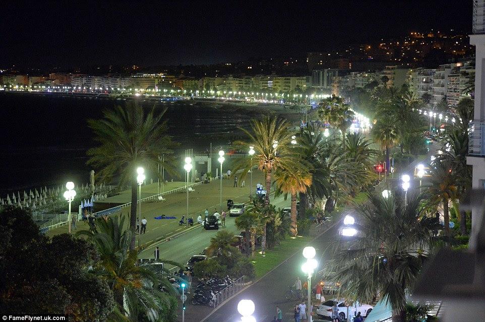 Icon: O passeio de varredura de Nice, com seus famosos luzes cintilantes de rua.  Hoje esta famosa cena está no centro de um dos piores ataques terroristas da França