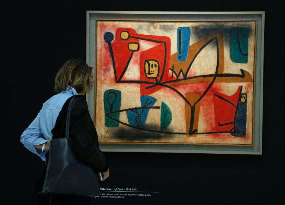 Una visitante en la exposición de Paul Klee observa el cuadro 'High Spirits' (1939).