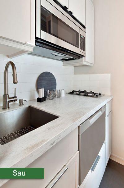 Kiến trúc sư đã giảm xuống còn hai bếp nấu nên chỗ để đồ và rửa bát được rộng rãi hơn. Ngoài ra, tủ kệ cũng được làm lại đủ chỗ cho máy hút mùi.