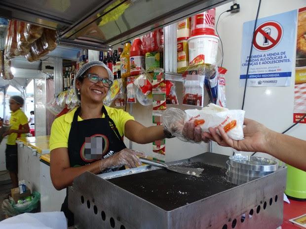 Marise vende tapioca na Paixão de Cristo de Nova Jerusalém há 20 anos (Foto: Kamylla Lima/G1)