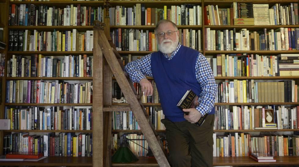 El escritor Alberto Manguel en su biblioteca personal.