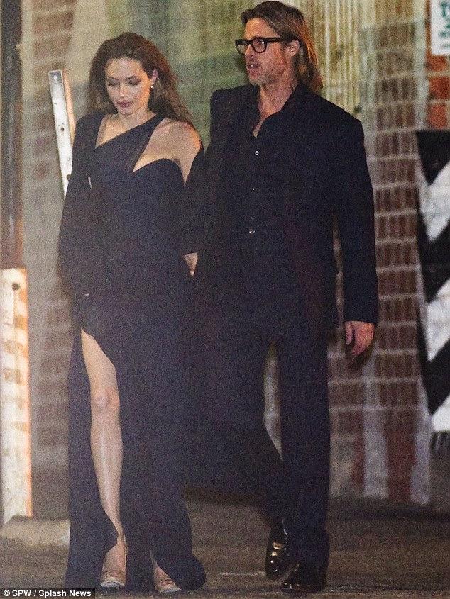 Tread inquieto: Apesar de andar de Angelina comprimento vestido azul marinho Romona Keveza mostrou fora sua figura impressionante perfeitamente, parecia que era mais adequado a ser parado, pois foi ficando sob os sapatos do diretor