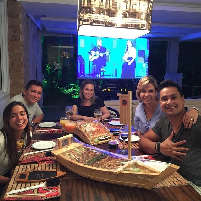 Anitta com Carla Perez e Xanddy em jantar (Foto: Reprodução/Instagram)