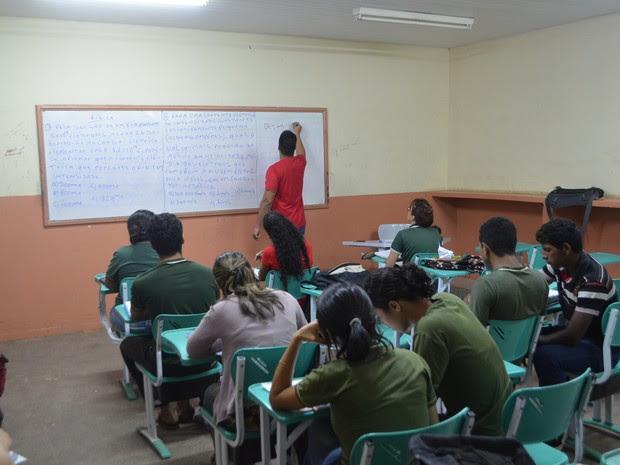 Ao todo, 65 jovens e adolescentes participam das aulas de reforço  (Foto: John Pacheco/G1)