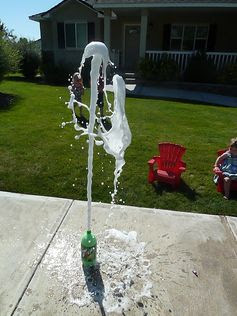 Science experiment for preschoolers with Mentos and diet soda to teach them about gas molecules. Looks so fun!