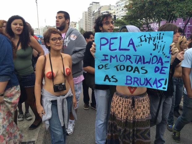 Cartaz pede 'imortalidade' de bruxas (Foto: Lívia Torres / G1)