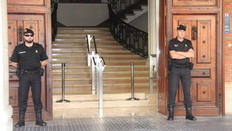 Dos agents custodiant la porta de l'Ajuntament de Tortosa