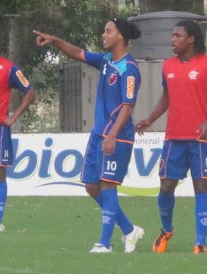Ronaldinho no rachão (Foto: Richard de Souza / Globoesporte.com)