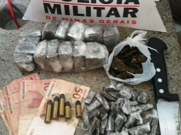 Drogas apreendidas pela PM no Bairro Cachoeira (Foto: Polícia Militar/Divulgação)
