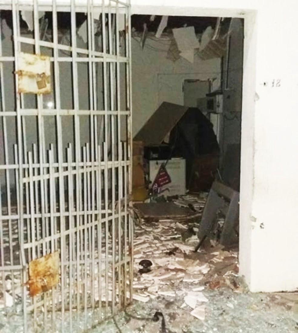 Explosão destruiu parte da agência do Bradesco (Foto: PM/Divulgação)