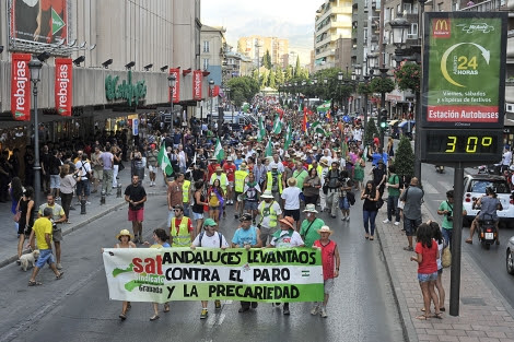 La marcha jornalera avanzando por el centro de la ciudad granadina. | Jesús G. Hinchado