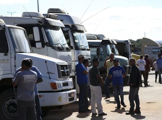 Greve de caminhoneiros: resistência diminui e grupos param na segunda, 26