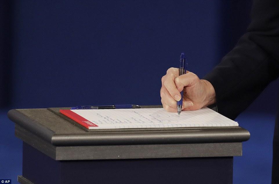 candidato presidencial democrata Hillary Clinton toma notas durante o segundo debate presidencial contra Donald Trump