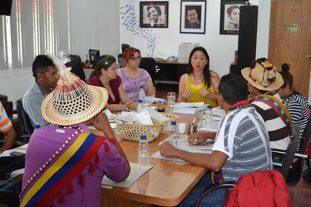 Caciques Yukpas en una reunión con el Instituto Nacional de Tierras en Caracas