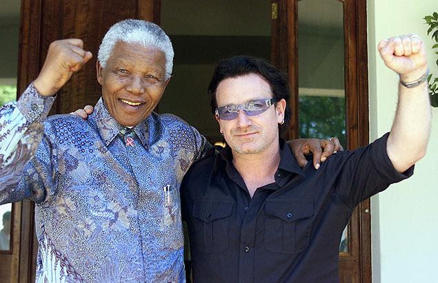 Em foto de maio de 2002, Mandela e Bono, vocalista do U2, posam juntos em Johannesburgo, na África do Sul
