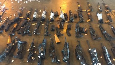 Polícia encontrou fuzis no Galeão (Foto: Divulgação)