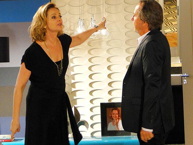 Sônia fica fula da vida com o videoclipe das empreguetes (Foto: Cheias de Charme / TV Globo)