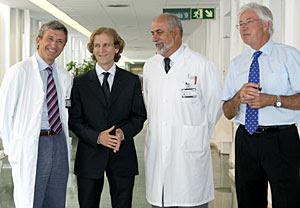 Los doctores que han practicado la extirpación del útero. (Foto: EFE | Andreu Dalmau)