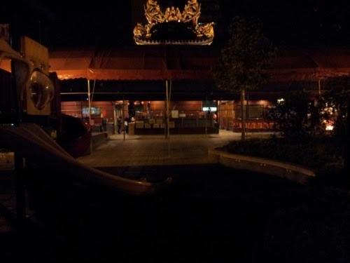 Taipei: From the back side of the Wenchang Temple at night 台北:夜の文昌宮を裏側から眺めると 素食屋で食事を終え、いつもなら青空市場の公園通りをとぼとぼと帰路に着くのだが、このところ、裏道に入り込む楽しみを覚えてしまった。台北下町のはずれ、越せば中山北路の手前の一角は雑踏とほど遠い。その割には小さな店が路地裏を埋め尽くしている。昼間訪れると雑然としている風景は、夜になると暗闇が支配してあれやこれやをかき消し、看板こそ出ていないが何々横丁の感がする。 四六時中参拝者の絶えない文昌宮も、裏側にまわってみるとひっそり、私にはこちらから拝んだほうがご利益があるのではと、余計な感情を抱いたりしてしまう。