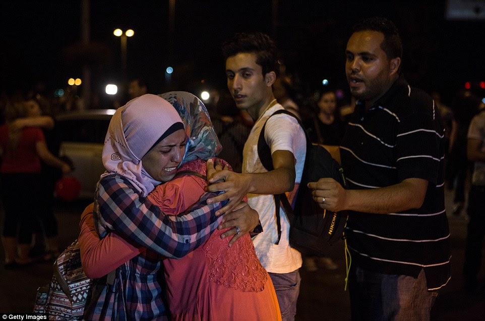 Passageiros confortar uns aos outros após o horror do ataque, que viu três homens-bomba se explodir na entrada do terminal