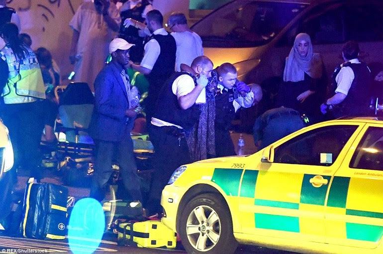 Οι τραυματίες μεταφέρονται από τους άνδρες της αστυνομίας