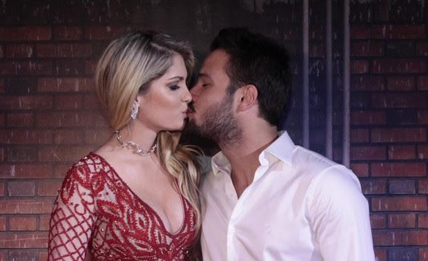 Bárbara Evans e namorado (Foto: Isac Luz/EGO)