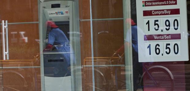 El precio del dólar en una sucursal bancaria de la Ciudad de México. Foto: Miguel Dimayuga
