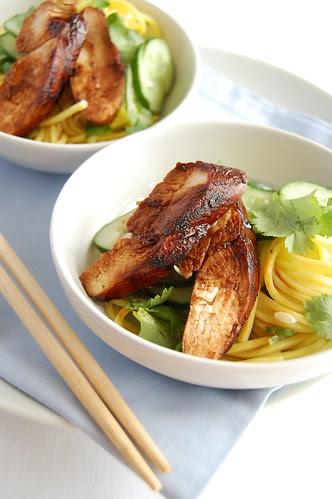Teriyaki chicken noodle salad / Salada de macarrão oriental com frango teriyaki