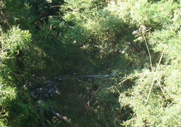 Destroços de helicóptero foram encontrados em meio à mata fechada em SC (Foto: Divulgação/PMSC)