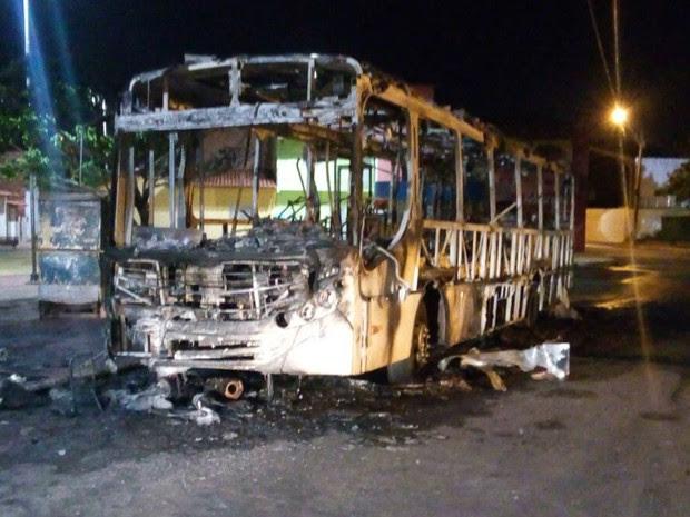 Ônibus é incendiado no bairro Liberdade em São Luís (Foto: Werton Araújo/TV Mirante)