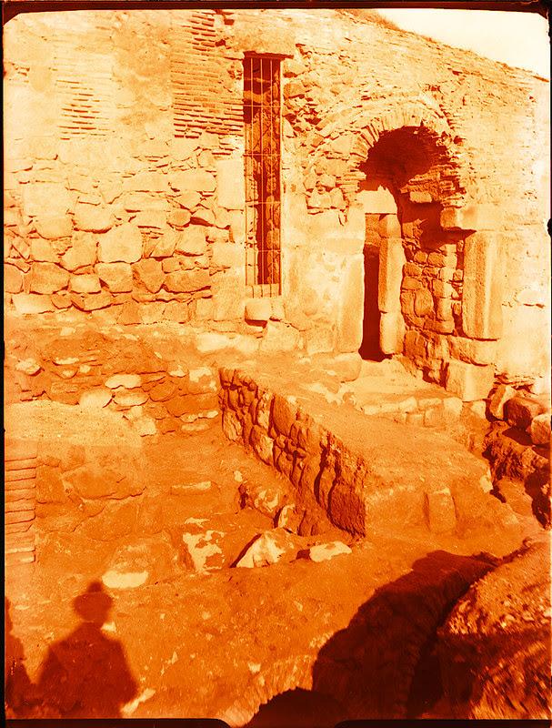 Puerta de Doce Cantos al ser restaurada en 1929. Fotografía de Pedro Román Martínez © Fondo Rodríguez. Archivo Histórico Provincial. Signatura R-143-1-03