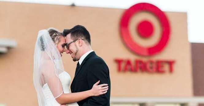 Casal usa bom humor para recriar fotos de seu casamento em supermercado