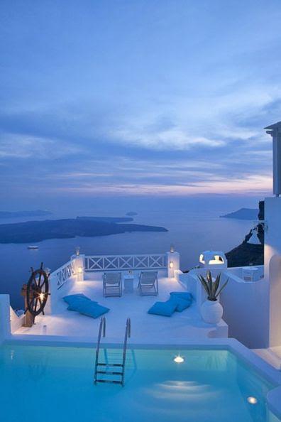Em algum lugar em Santorini, Grécia :) bonito.  Imaginem nadar naquela piscina com este ponto de vista ..... céu :)
