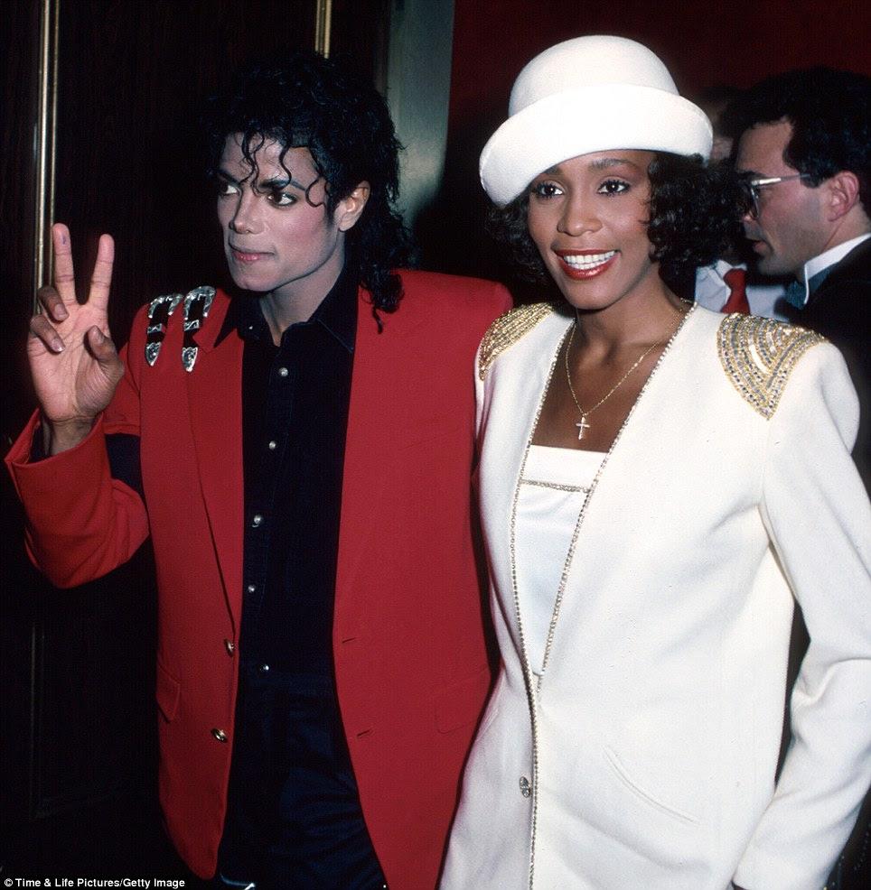 Amigos famosos: Whitney era amigo íntimo do falecido rei do pop Michael Jackson e cantou back-up vocals no álbum seu irmão mais velho Jermaine Jackson.  Aqui eles são vistos em 1988
