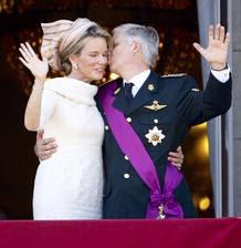 Los nuevos reyes de Bélgica se besan.