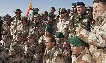 El Rey, fotografiado junto a varios soldados. (Foto: EFE)