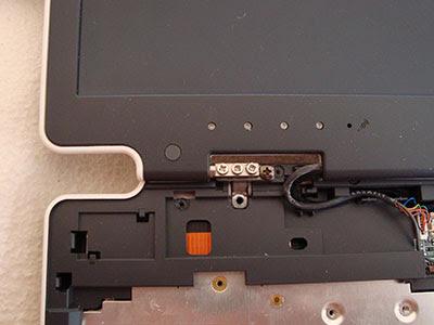 Снимаем крышечки петель и смотрим, какие винты надо открутить, что бы снять крышку ноутбука
