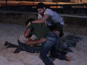 Wallace tenta apartar a briga (Foto: Fina Estampa/TV Globo)