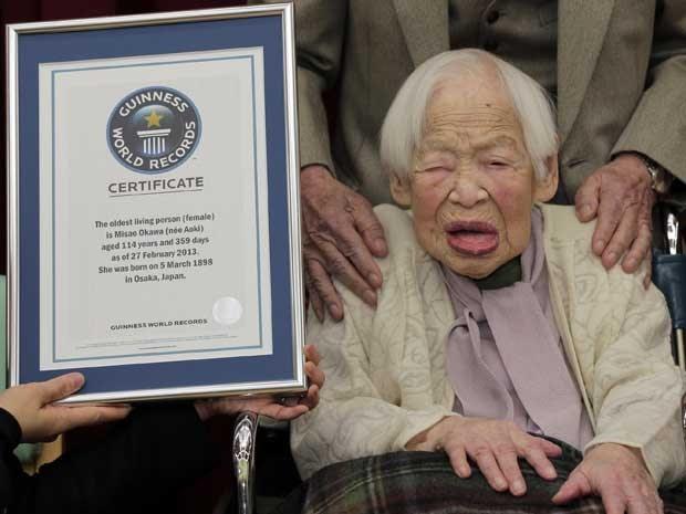 O Guinness World Records (Livro dos recordes) reconheceu a japonesa Misao Okawa, de 114 anos, como a mulher mais velha do mundo. O certificado foi entregue nesta quarta-feira (27). Ela vive em uma casa de repouso em Osaka. (Foto: Itsuo Inouye / AP Photo)