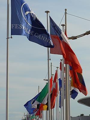 drapeaux flottant sur la croisette.jpg